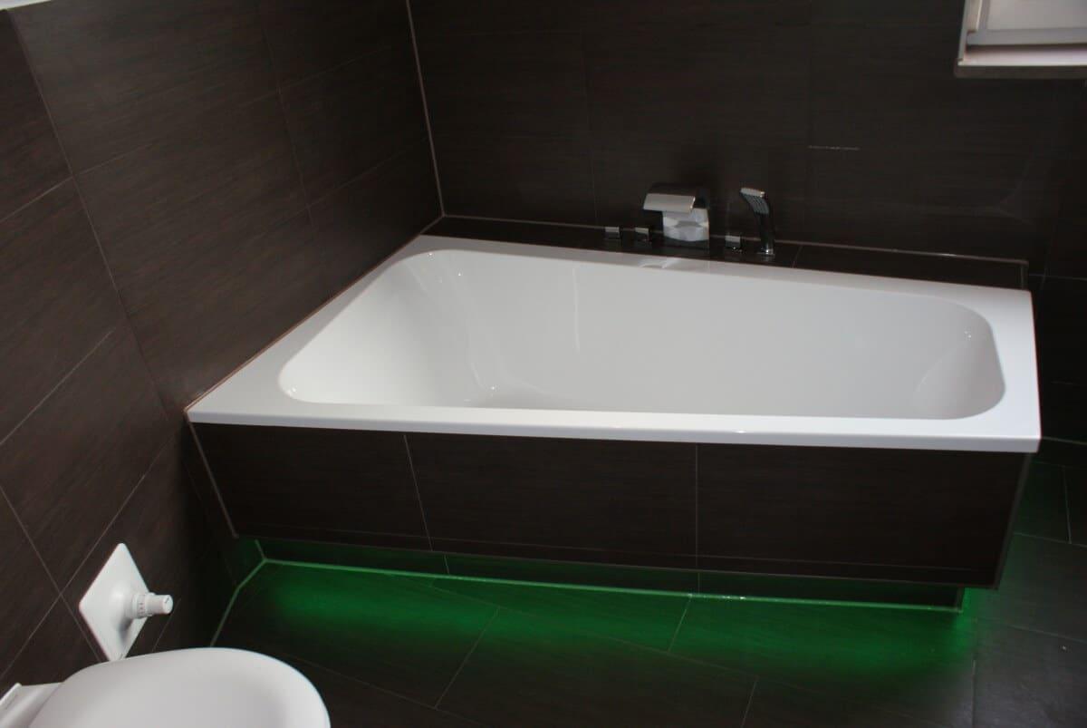 Schöne Badewanne mit Holzoptik-Fliesen verkleidet